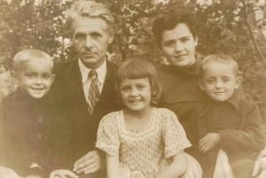 Наша родина у 1949 році в селі Скоморошки: батько Ілля Васильович і мати Анастасія Михайлівна разом з дітьми Віталієм, Євгенією, Володимиром