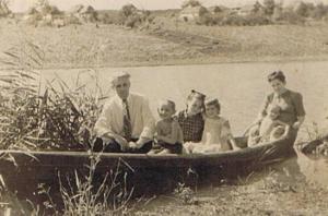 Родина Іллі Лазоркіна у 1949 році серед мальовничого краєвиду села Скоморошки  Плиськівского району Вінницької області