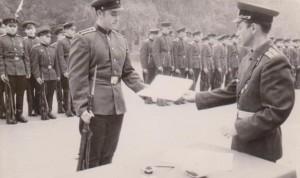 На фото: слухач Віталій Лазоркін отримує текст військової присяги під час приведення до присяги слухачів Київського вищого інженерного радіотехнічного училища 5 вересня 1964 року