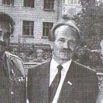 Народні депутати України Г.Алтунян, В.Черновіл і полковник В.Лазоркін у дворі Будинку письменників, на вул. Банковій, 2, м. Київ, вересень 1991 року