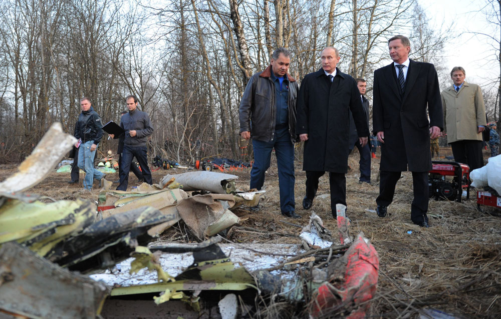 Премьер-министр РФ прибыл на место крушения самолета под Смоленском